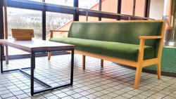 不要になった電車の座席をソファとして再利用